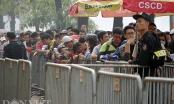 Hàng nghìn người đội mưa, xếp hàng chờ nhận vé mua online