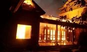 Bất cẩn thắp hương tết, ngồi nhà gỗ tiền tỷ rực sáng trong đêm