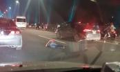 Đi bộ trên cầu Nhật Tân, một người đàn ông bị xe Inova tông nguy kịch
