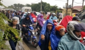 Dòng người đổ về chợ Viềng ngày càng tăng lên trong cơn mưa chiều nặng hạt