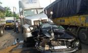 Xế hộp mercedes bị xe container tông dập nát khi dừng đèn đỏ