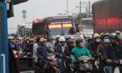 Xe container nằm vắt vẻo trên dải phân cách, cửa ngõ Sài Gòn kẹt cứng