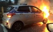 Bắc Ninh:  Taxi cháy ngùn ngụt trên phố giữa trời mưa