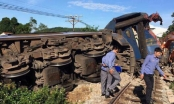 """Quảng Bình: Tàu hỏa """"húc"""" tung máy xúc ra khỏi đường ray, tài xế may mắn thoát chết"""