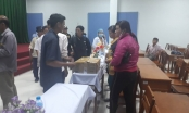 Người nhà đem thi thể thai nhi song sinh đến bệnh viện tố bác sĩ tắc trách