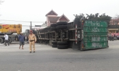 Xe container phơi bụng giữa đường, đè chết một người đi xe máy