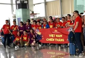 Hàng ngàn CĐV mang 'biển' cờ đỏ sao vàng sang Malaysia cổ vũ tuyển Việt Nam