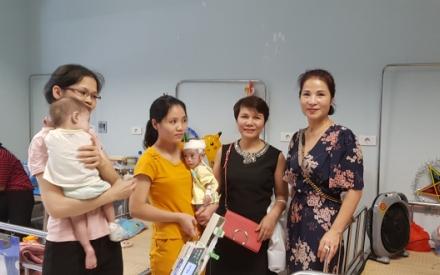 40 triệu đồng được trao tới các cháu bé có hoàn cảnh khó khăn đang điều trị tại BV Nhi Trung ương