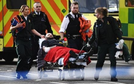 Cảnh sát Anh bị đâm thiệt mạng do không được trang bị súng