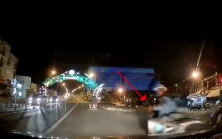 Clip: Ngã sấp mặt xuống đường vì mãi 'dằn mặt' tài xế ô tô