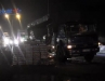Xe tải sụp hố nước, hàng trăm thùng bia rơi xuống đường