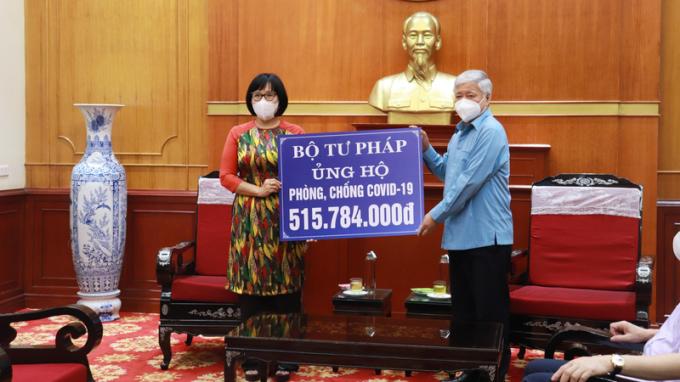 Bộ Tư pháp trao hơn 500 triệu đồng ủng hộ công tác phòng, chống dịch COVID-19