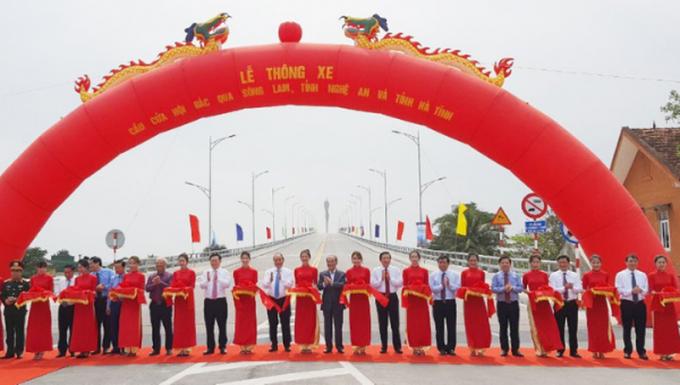 Thủ tướng dự cắt băng khánh thành Lễ thông xe cầu Cửa Hội bắc qua sông Lam