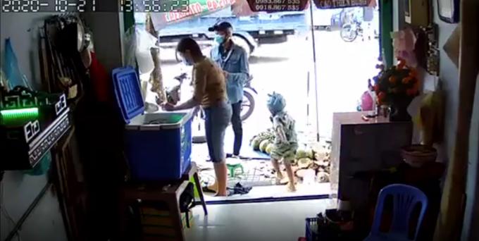 TP HCM: Thanh niên xúi bé trai trộm điện thoại tại tiệm bán dừa