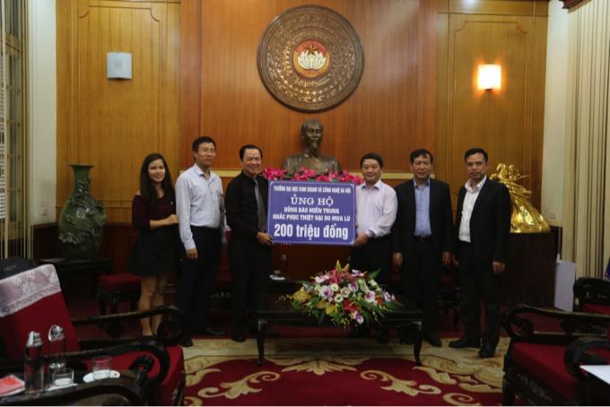 Trường Đại học Kinh doanh và Công nghệ Hà Nội ủng hộ đồng bào lũ lụt miền Trung tại Ủy ban Trung ương Mặt trận Tổ quốc Việt Nam