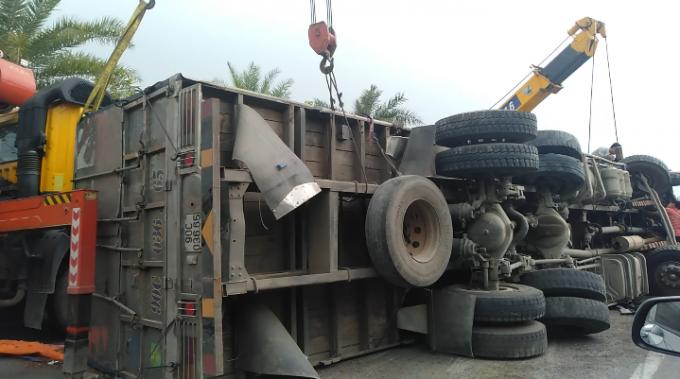 Hà Nội: Xe tải nổ lốp, hàng tấn gỗ đổ ra đường Võ Nguyên Giáp
