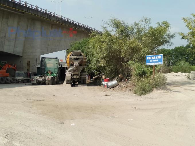 Loạt doanh nghiệp vẫn tung hoành hành lang cầu Thanh Trì, bất chấp loạt văn bản chỉ đạo của huyện Gia Lâm