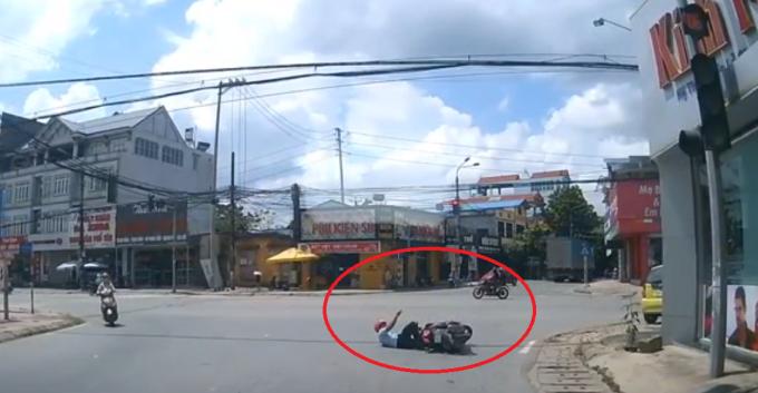 Clip: Nam Thanh niên điều khiển xe máy tự ngã ra đường