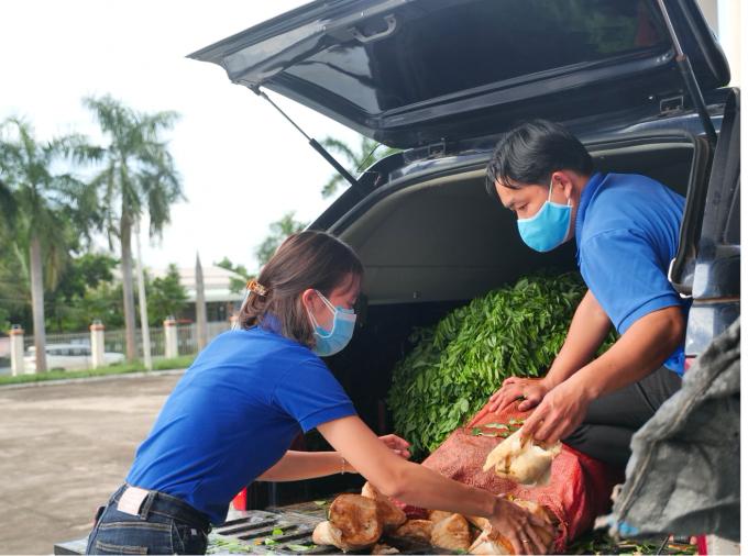 Thanh niên tích cực quyên góp để trao nguồn lực hỗ trợ tuyến đầu ngày đêm chống dịch