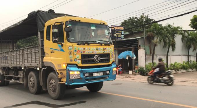 Bình Dương: Tránh ô tô, xe máy lao vào hông xe tải, 2 người bị thương