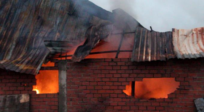 Bình Dương: Nhà máy tôn bốc cháy, nhiều người hoảng loạn
