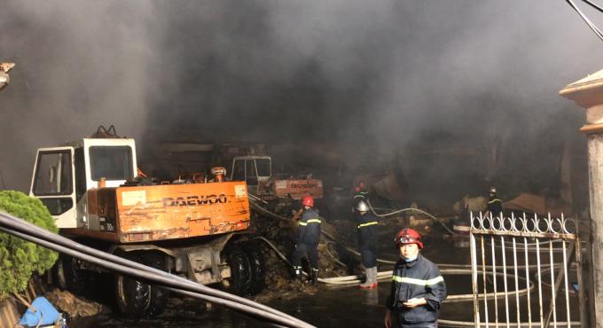 Bình Dương: Cháy tại công ty bao bì, cả khu phố mất điện