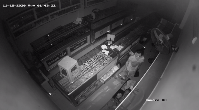 Cạy mái tôn, kẻ trộm đột nhập tiệm bạc lấy hàng nghìn trang sức