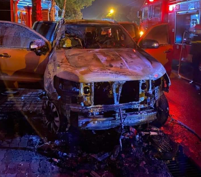 Bình Dương: Xe bán tải va chạm với xe máy rồi bốc cháy, 2 người thương vong