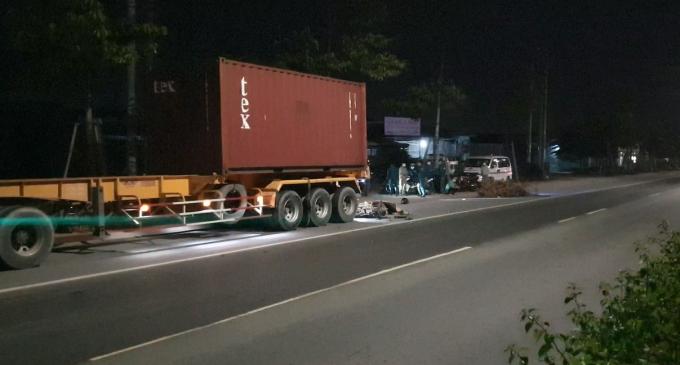 Bình Dương: Tông đuôi xe container trong đêm, 1 người tử vong