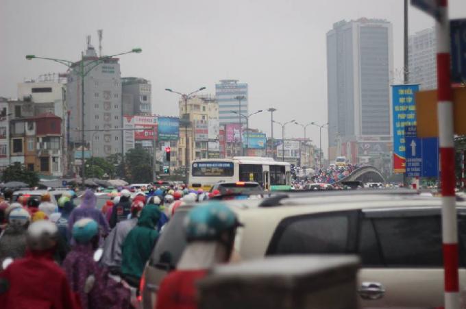Hà Nội: Giao thông kẹt cứng trong cơn mưa tầm tã
