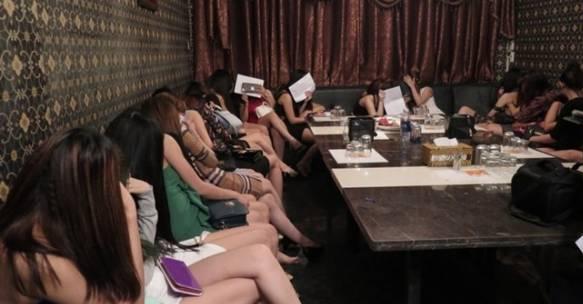 """Hàng loạt """"chân dài"""" mở tiệc ma túy tại quán karaoke"""