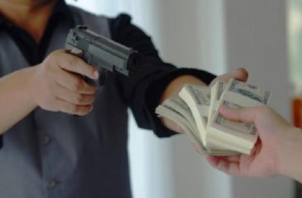 Nghi án nam thanh niên dùng súng đột nhập ngân hàng khiến nhiều người khiếp sợ