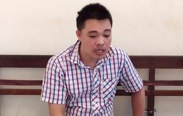 Gã đàn ông dùng dao hùng hổ uy hiếp nhân viên bán hàng cướp tài sản