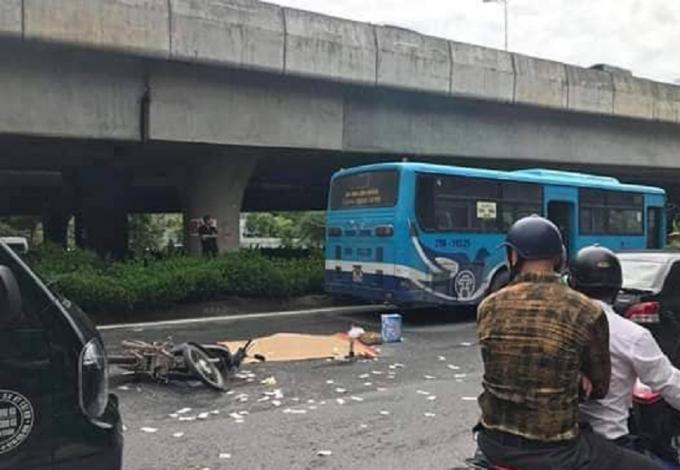 Người đàn ông đi xe máy bị xe buýt cán tử vong