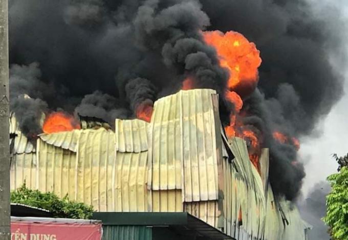 Hà Nội: Đám cháy khổng lồ bao trùm khu nhà xưởng tại khu công nghiệp