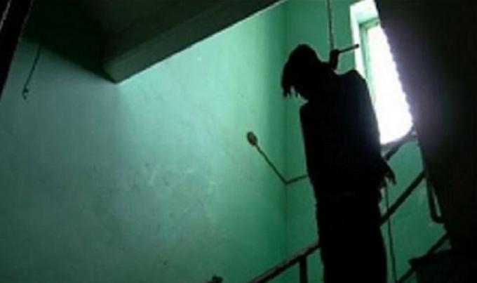 Vợ bàng hoàng, ngất lịm khi phát hiện chồng tử vong trong tư thế treo cổ
