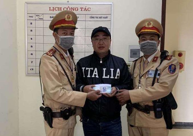 Người đàn ông mừng rơi nước mắt khi nhận lại số tiền 50 triệu đồng từ CSGT