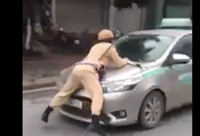 Clip tài xế taxi liều lĩnh chống lệnh, hất CSGT lên nắp capo bỏ chạy gần chục km