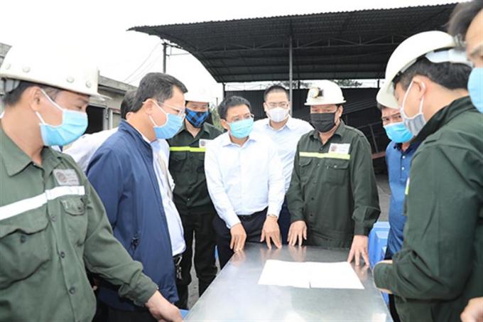 Quảng Ninh: 15 tiếng đồng hồ căng thẳng giải cứu 6 công nhân mắc kẹt dưới lò than