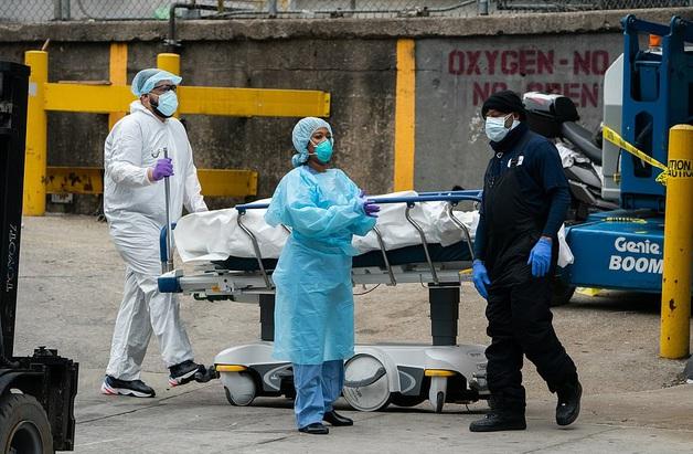 Cận cảnh đại dịch kinh hoàng tại Mỹ: Hơn 4.000 người chết, bệnh viện ở New York hết chỗ chứa xác