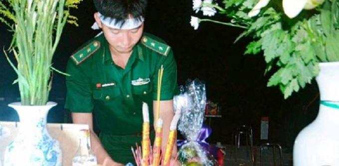 Lặng người trước hình ảnh chiến sĩ trẻ lập ban thờ viếng cha ngay chốt phòng chống dịch bệnh