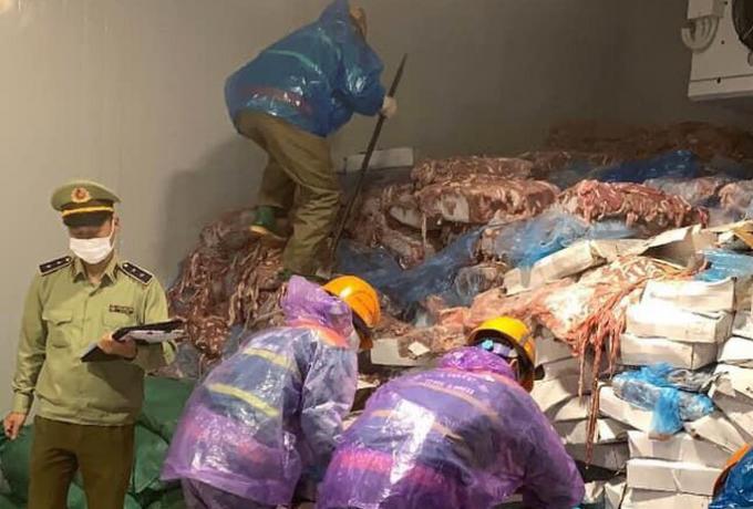 Kinh hoàng phát hiện hơn 70 tấn lòng lợn bốc mùi chuẩn bị tung ra thị trường