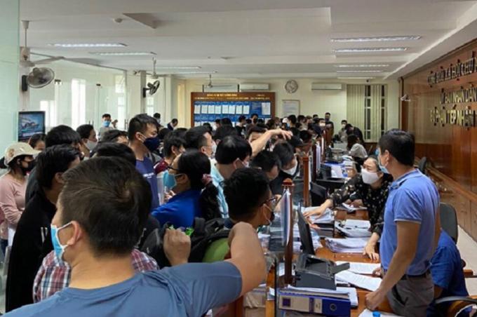 Hải Phòng: Hàng trăm người chen lấn tại UBND quận Hải An giữa đại dịch