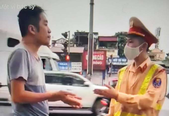 Người đàn ông nhận mình là bác sĩ không đeo khẩu trang khi ra đường bị xử lý như thế nào?