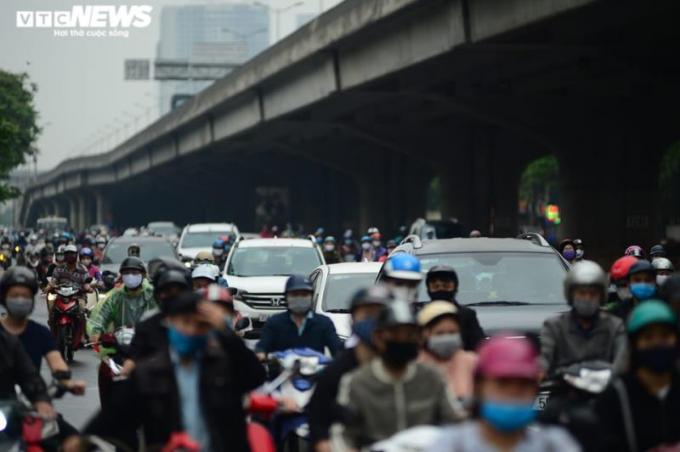 """Nới lỏng giãn cách xã hội, đường phố Hà Nội """"két cứng"""" trước ngày nghỉ lễ"""