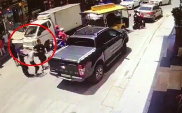 Quảng Ninh: Người phụ nữ đang bế con nhỏ trong nhà bị nhóm côn đồ lao vào hành hung