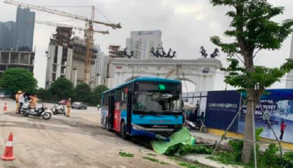 Hà Nội: Xe buýt lao lên vỉa hè tông chết người đi bộ