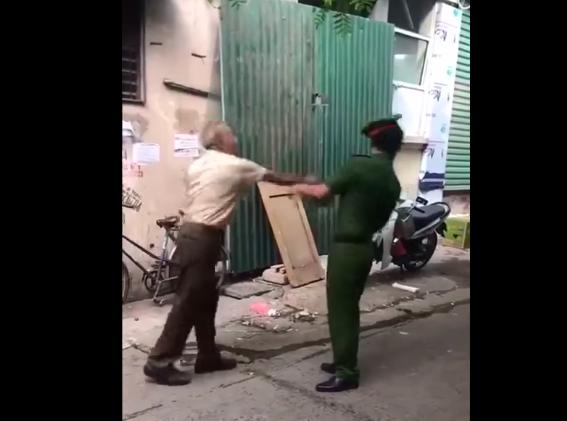 Video: Cụ ông cầm mũ cối đánh chảy máu đầu cán bộ Công an khi bị nhắc nhở đeo khẩu trang