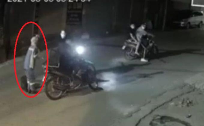 Video ghi lại cảnh nữ lao công gào khóc khi bị nhóm thanh niên cướp xe máy trong đêm