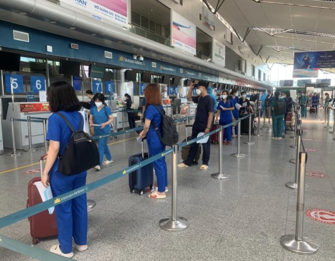 """Vietnam Airlines đưa đoàn y bác sĩ Đà Nẵng """"đảo quân"""" chi viện TP HCM chống dịch"""